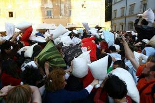 Pillow-fight a Roma (via Repubblica.it)