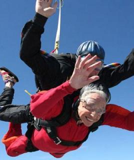 A 90 anni in paracadute